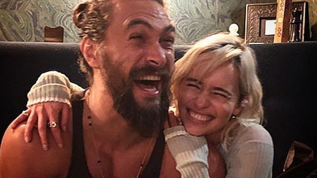 Jason Momoa ed Emilia Clarke sorridenti