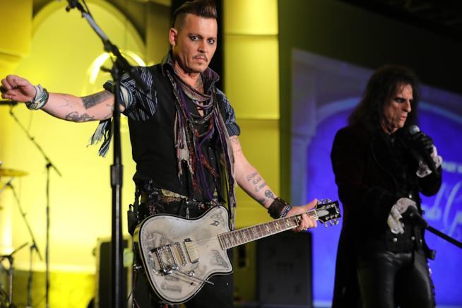 Johnny Depp sul palco con gli Hollywood Vampires