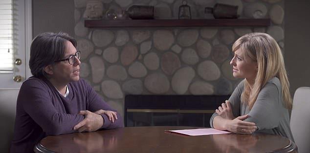 Keith Raniere e Allison Mack parlano in un video per YouTube