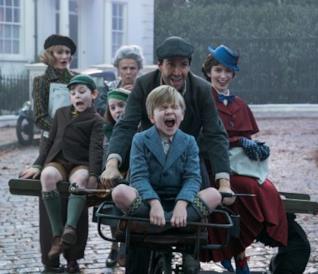 Emily Blunt e Lin-Manuel Miranda in viaggio in bicicletta con i bambini del film