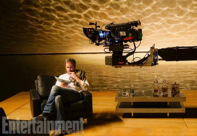 In foto il regista Denis Villeneuve legge il copione di Blade Runner 2049 sul set del film