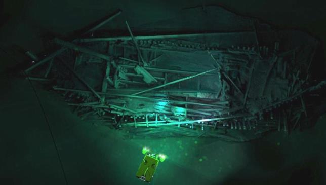 Il sottomarino telecomandato illumina il relitto sul fondale marino