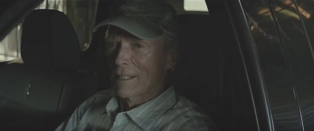 Clint Eastwood alla guida della sua auto in The Mule