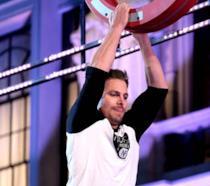 Stephen Amell impegnato in una sfida fisica per American Ninja Warrior