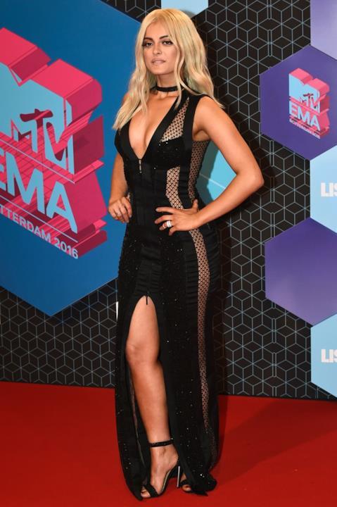 Bebe Rexha, look total black e sexy sul red carpet degli MTV EMA 2016