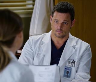 Justin Chambers nei panni di Alex Karev in una scena di Grey's Anatomy