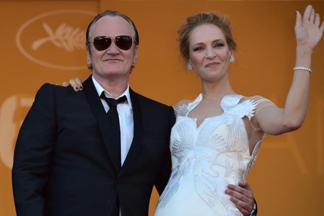 Quentin Tarantino e Uma Thurman sorridono ai fotografi