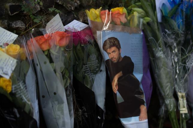 Alcuni omaggi floreali per George Michael