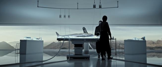 L'androide Walter sul tavolo da lavoro prima della sua attivazione