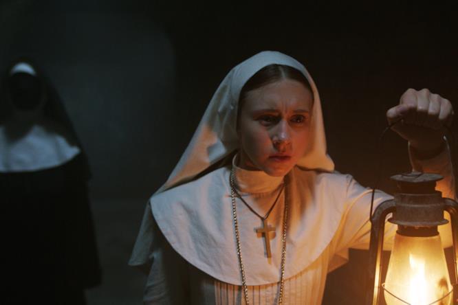 Valak appare alle spalle di Suor Irene