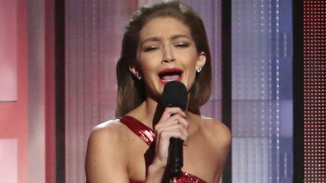 Gigi Hadid imita Melania Trump