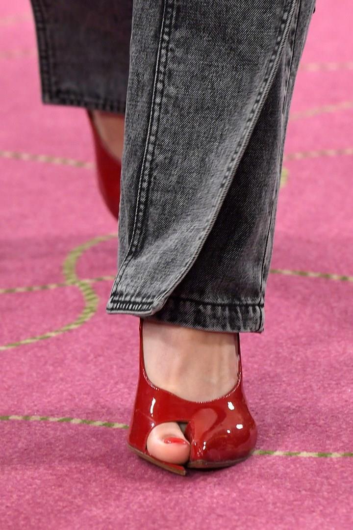 Le scarpe con l'alluce in mostra della casa di moda Y/Project