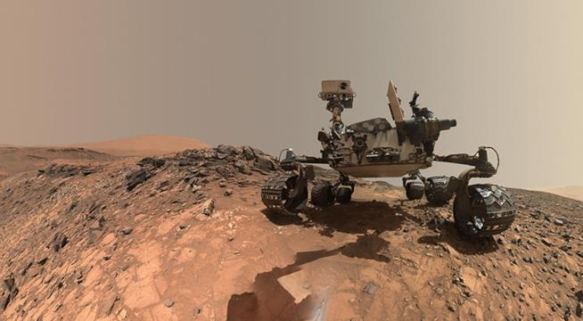 Primo piano del rover Curiority su un promontorio di Marte