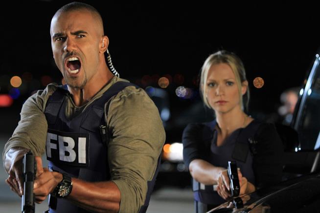 Una scena di Criminal Minds con Derek Morgan che impugna una pistola