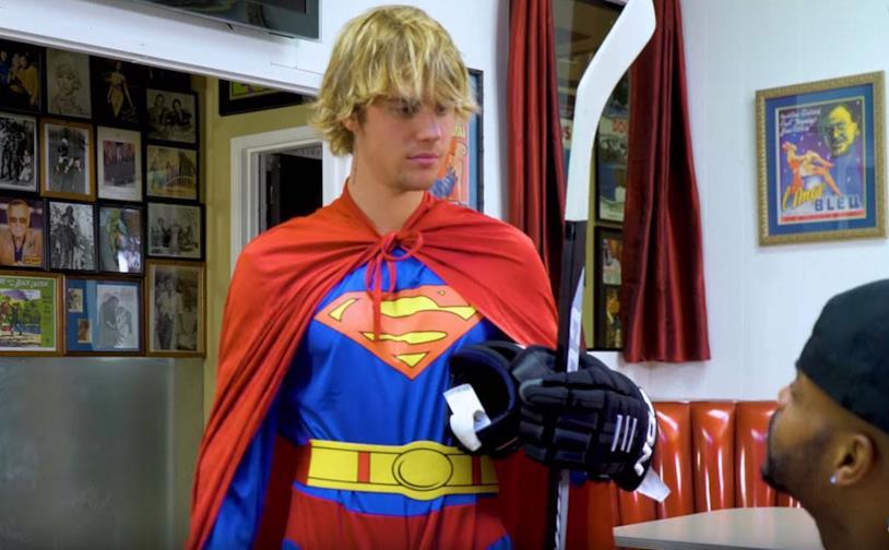 Il cantante Justin Bieber interpeta un superman cadanese educato