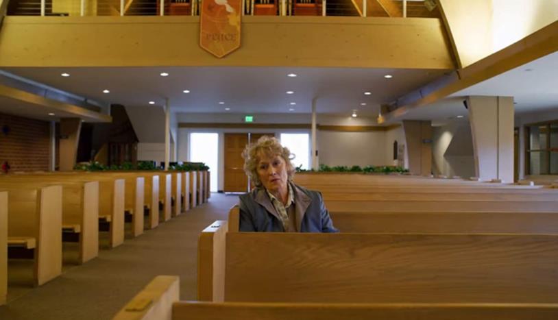Meryl Streep seduta in chiesa in una scena di Panama Papers