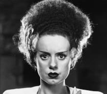 Elsa Lanchester in primo piano come la Moglie di Frankenstein