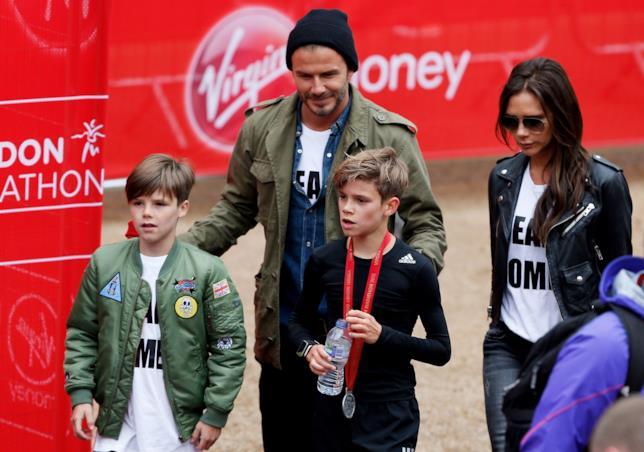 Primo piano di David Beckham e Victoria con due dei loro figli