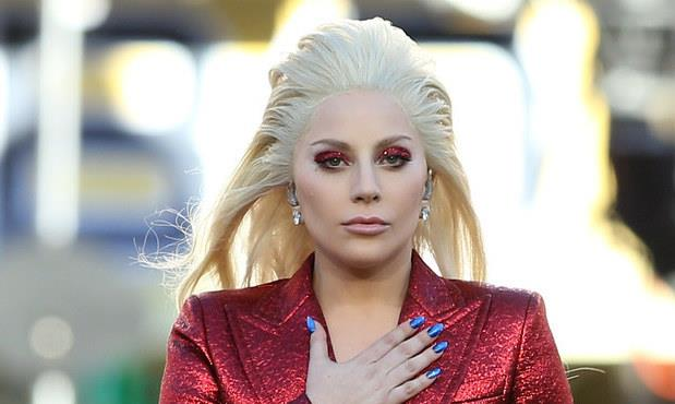 Lady Gaga canta l'ìnno americano al Super Bowl 50