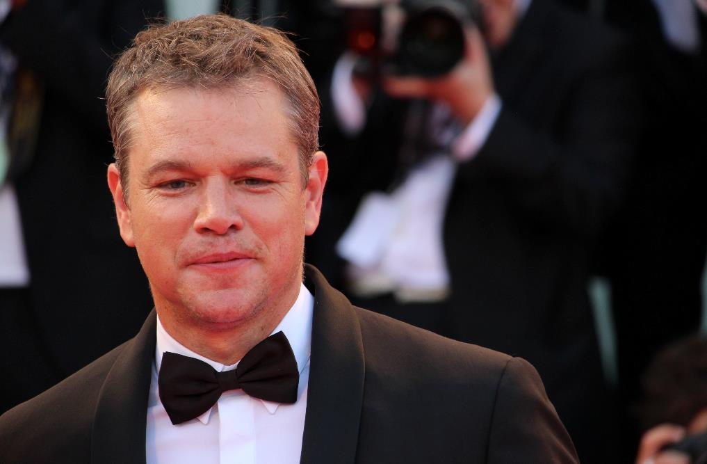 Matt Damon sorride ai fotografi sul red carpet di Venezia 74