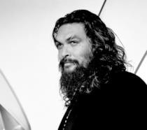 Uno scatto di Jason Momoa in bianco e nero