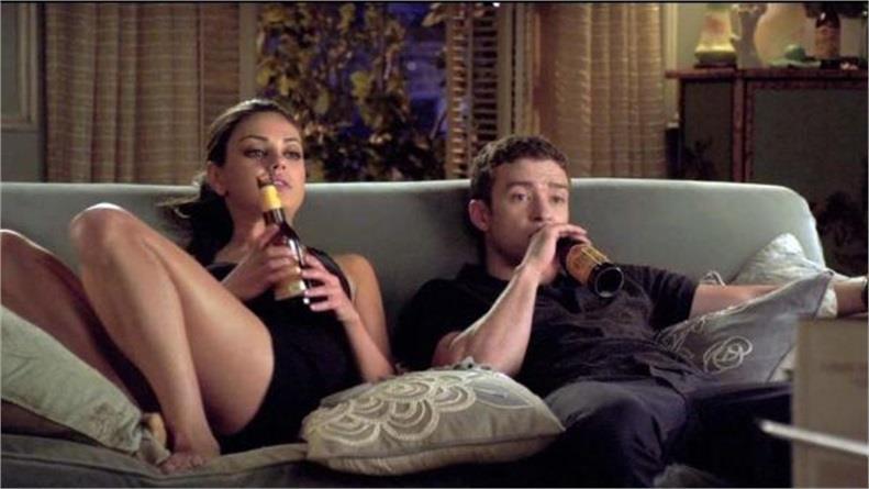 Justin Timberlake e Mila Kunis felici sullo stesso divano