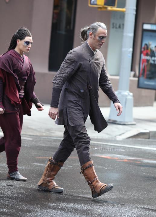 Mads Mikkelsen e un misterioso personaggio femminile sul set di Doctor Strange
