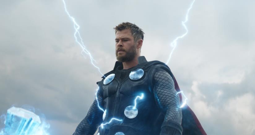 Chris Hemsworth pensieroso in una scena di Thor