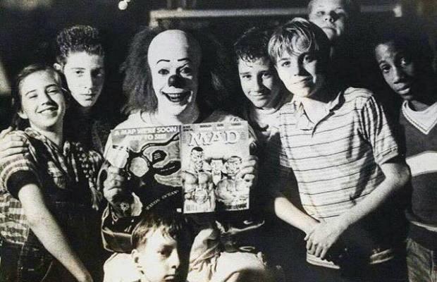 Tim Curry IT insieme ai giovani membri del cast