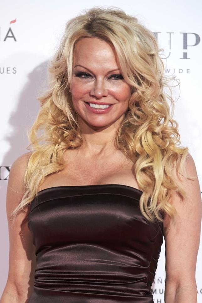 Pamela Anderson sorride ai fotografi
