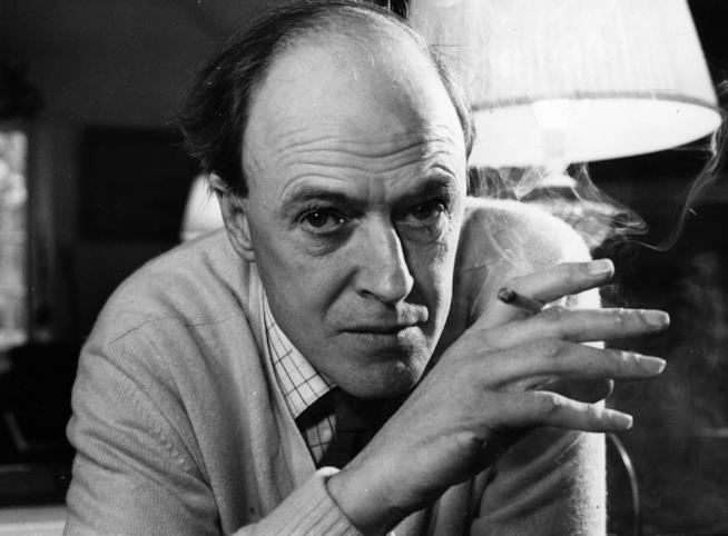 Roald Dahl in primo piano con una sigaretta