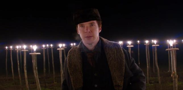 Benedict Cumberbatch circondato da lampadine