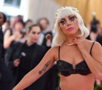 Lady Gaga, dolorosa caduta dal palco: il video e le rassicurazioni post-concerto