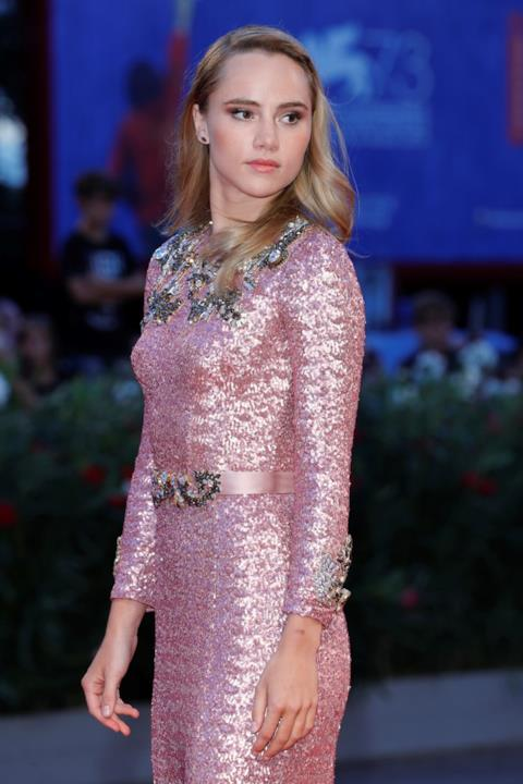 Il red carpet di Suki Waterhouse a Venezia 73