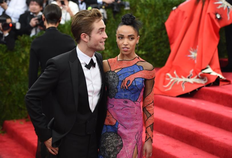 Primo piano di Robert Pattinson e FKA Twigs