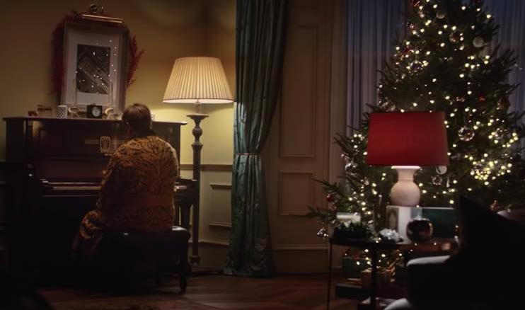 Elton John di spalle nel nuovo spot natalizio di John Lewis & Partners Christmas