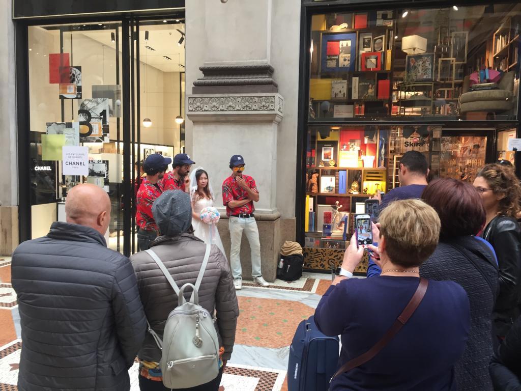 I sosia di Magnum P.I. a Milano s'imbucano anche ai matrimoni...