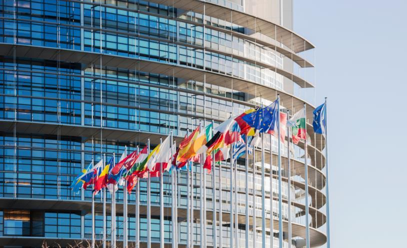 Primo piano della facciata del palazzo che ospita il Parlamento Europeo a Strasburgo