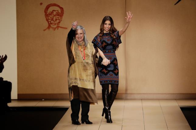 Laura Biagiotti sulla passerella della Milano Fashion Week saluta i presenti