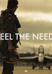 Pete Mitchell con casco in mano su una pista d'atterraggio di caccia
