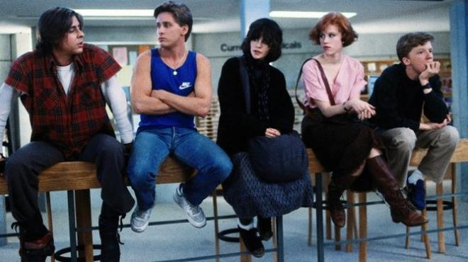 Judd Nelson, Emilio Estevez e gli altri attori del cast di The Breakfast Club in una foto dal set
