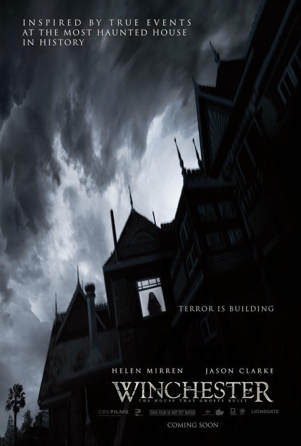 Winchester: The House That Ghosts Built il poster con la grande casa e un'ombra alla finestra