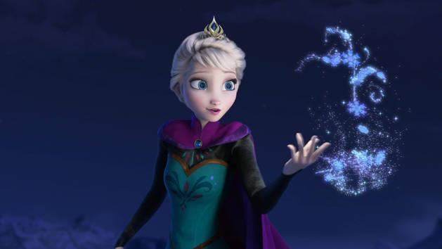 Elsa di Frozen mentre usa i propri poteri