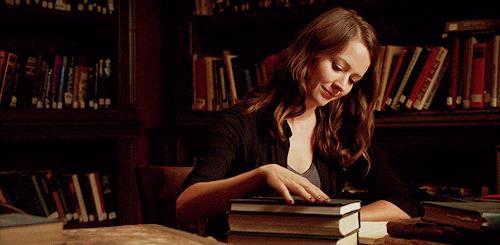 Root accarezza dei libri