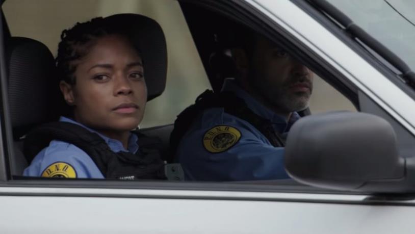 Naomie Harris guarda fuori al finestrino della sua auto in una scena del film