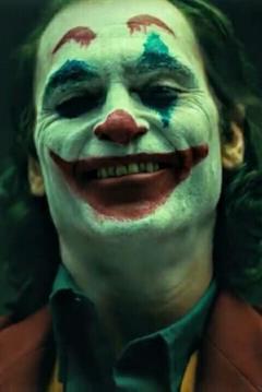 Il Joker di Joaquin Phoenix sorride truccato