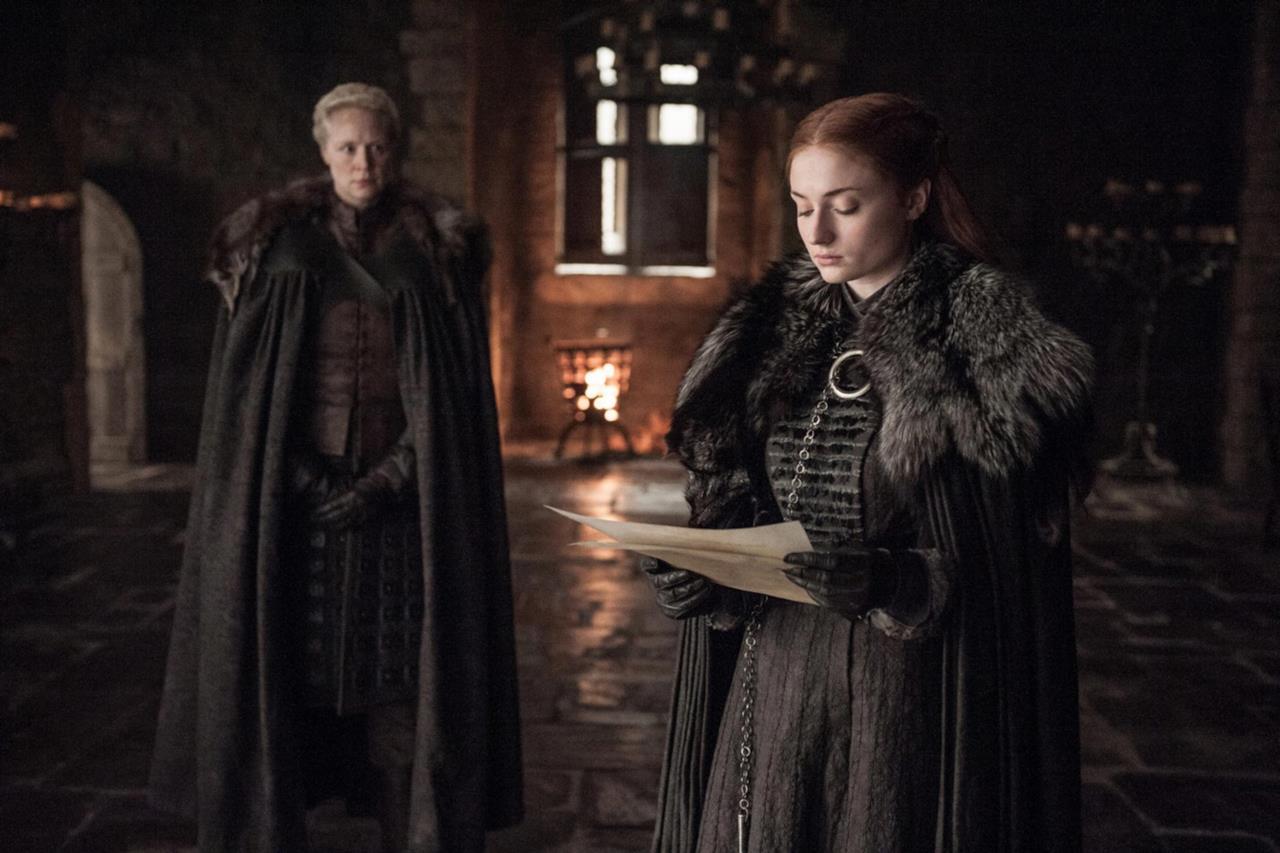 Sansa legge l'invito a corte di Cersei davanti Brienne