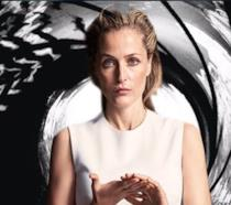 Gillian Anderson con lo sfondo di James Bond