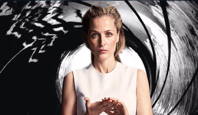 Gillian Anderson con lo sfondo di James Bond