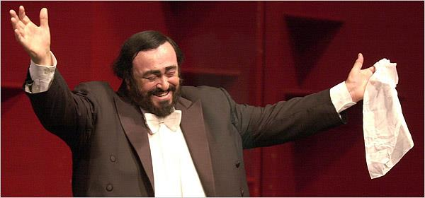 Il grande tenore scomparso nel 2007, Luciano Pavarotti, durante una delle sue esibizioni
